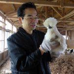 松本ファーム代表松本光弘と烏骨鶏の写真